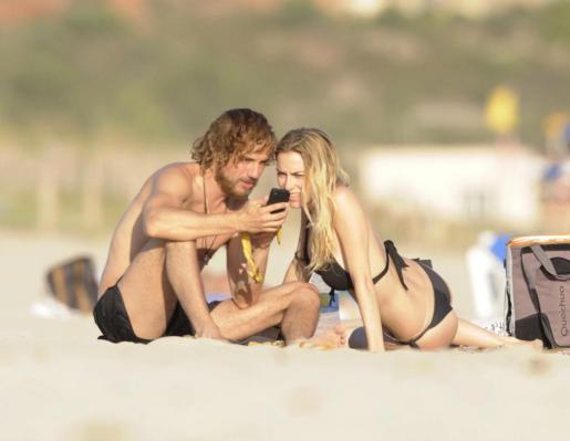 La joven pareja en una de las playas de Menorca.