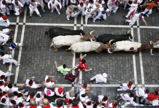Un toro colorado descolgado ha creado repetidos momentos de peligro y emoción en el segundo encierro de los sanfermines 2011.