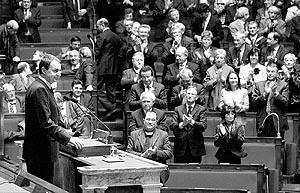 Zapatero, recibiendo una ovación tras pronunciar su discurso en la Asamblea Nacional Francesa.