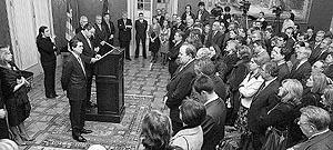 El president de la Cámara autonómica, con Matas a su lado, durante su discurso. Foto: MIQUEL ÀNGEL CAÃ'ELLAS