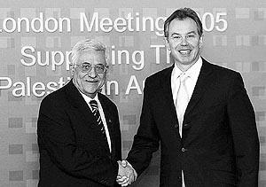 El primer ministro Tony Blair (derecha) saluda al presidente palestino, Mahmud Abás, en la conferencia de Londres.