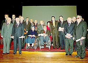 Los galardonados con las Medallas de la Comunitat y los Premis Ramon Llull, en el Teatre Principal de Maó junto al president Jaume Matas. Foto: EFE