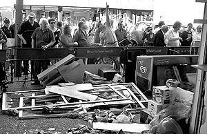 Algunos curiosos observaban ayer los destrozos ocasionados por el atentado en la discoteca «Stage».
