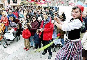 Xeremies, pasacalles y numerosos personajes de animación invadieron las callejuelas y la plaza Atarazanas. Foto: M.A.CAÃ'ELLAS