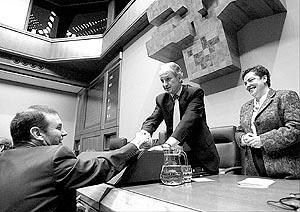El lehendakari Ibarretxe saluda al presidente del Parlamento vasco en el último pleno de la VII legislatura.