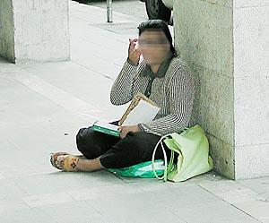 Las mujeres piden limosna durante horas y el dinero acaba en manos de sus jefes, que lo envían a Rumanía.
