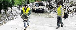 Operarios del Consell esparcen sal sobre la carretera Lluc-Sóller, que estuvo cerrada durante parte del día de ayer. Foto: PEDRO PRIETO