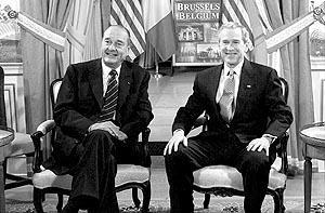 El presidente Bush (derecha), con su homólogo francés, Jacques Chirac, con quien se reunió ayer por la tarde en Bruselas.