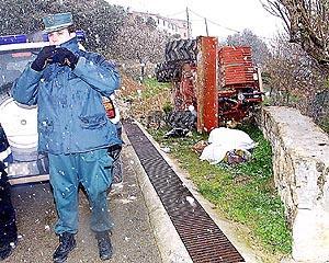 El trabajador, de 35 años de edad, quedó aplastado por la máquina que conducía al perder el control en un desnivel. Foto: ALEJANDRO SEPÚLVEDA