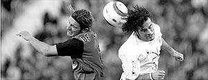 De los Santos pugna por un balón aéreo con Peña, del Albacete, durante el encuentro disputado en el estadio de Son Moix. Foto: MONSERRAT