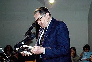El escritor Bartomeu Fiol, durante la lectura de un texto de Bauçà.