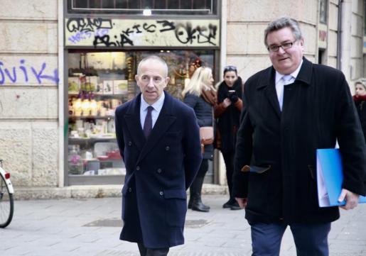 El exconseller de Turismo (i), a su llegada a los Juzgados de Avenida Alemania, acompañado de su abogado Miguel Arbona.