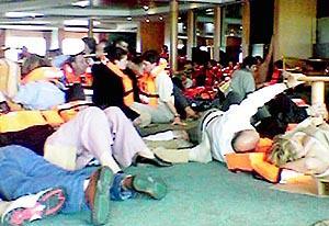 Un grupo de pasajeros, atemorizados en pleno temporal. Foto: JAVIER FERNÁNDEZ