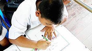 Los niños disfrutaron dibujando la bandera de Mallorca y se esmeraron en hacerlo bien. Foto: CLICK