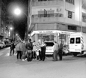 Una ambulancia del IB-Salut trasladó ayer por la tarde hasta el hospital de Son Dureta a una mujer que había sido atropellada por un vehículo en la calle Metge Josep Darder de Palma, frente a los multicines Chaplin. La mujer sufrió un golpe en la cabeza y su pronóstico es reservado.