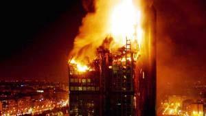 Impresionante imagen del edificio Windsor, destruido por un incendio. Foto: VÍCTOR LERENA / EFE