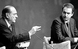 Zapatero escucha con atención a Chirac en el acto en favor de la Constitución europea celebrado en Barcelona.