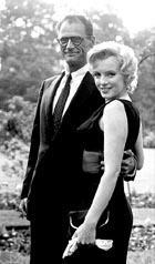 Arthur Miller y Marilyn Monroe, en 1960.<br>Recogiendo el Príncipe de Asturias en Oviedo en 2002.<br>Divertida imagen de Woody Allen y Arthur Miller en Oviedo.<br>Una gran escritor. «La muerte de un viajante» fue la obra que le dio mayor fama y el Premio Pulitzer.