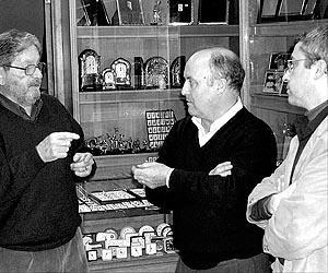 """Miquel Fuster conversa con Ricardo, propietario del Bar Nevada, y Ángel Pujol, secretario técnico de Pimeco.<br>.Foto: G.PICÃ"""""""