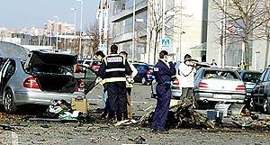 La policía inspecciona los restos del coche bomba que estalló ayer en Madrid. Foto: SERGIO PÉREZ/REUTERS