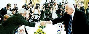 Abú Mazen y Ariel Sharón se dan la mano al iniciarse ayer la cumbre en Sharm el Sheij. Foto: JIM HOLLANDER / EPA