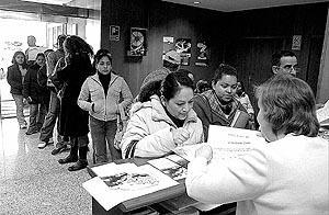 Muchos inmigrantes solicitaron información a la oficina de la Tesorería en Pérez Galdós. Fotos: T.AYUGA / M.A.CAÃ'ELLAS