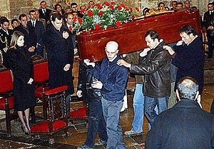 Don Felipe y doña Letizia compartieron el dolor con los familiares de los fallecidos. Foto. EFE