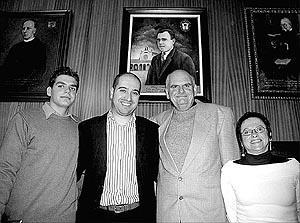 El nieto y el biznieto de Garau, que residen en Brasil, con el alcalde Sastre y la edil Mora. Foto: J.M.SASTRE