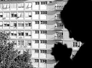 Imagen de una persona rezando ante el hospital donde está ingresado el Papa.