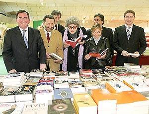 Los políticos y Madó Pereta, mirando libros.