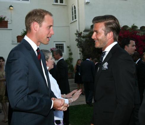 El duque de Cambridge, Guillermo (i), y el futbolista británico David Beckham (d) hablan durante una recepción privada en la residencia del Cónsul británico en Los Àngeles.
