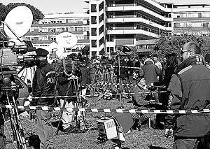 Periodistas y televisiones de todo el mundo permanecen congregados frente al hospital.