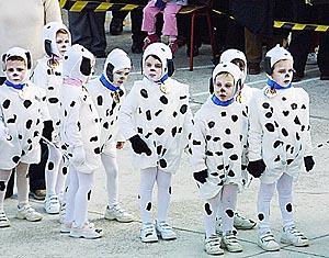 Los alumnos más pequeños del Sagrat Cor desfilaron en una 'rueta' inspirada en las películas infantiles, como '101dálmatas'. Foto: JULIÁN AGUIRRE
