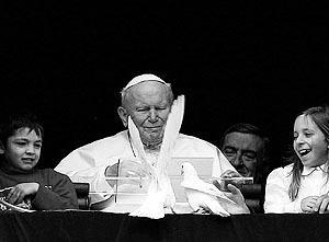 Reciente imagen del Pontífice junto a unos niños, difundiendo un mensaje de paz.