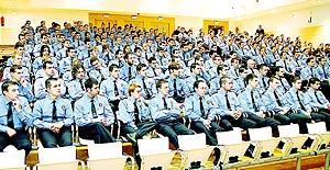 Los 241 aspirantes a policía local, ayer en el transcurso del acto de inauguración del curso. Foto: MIQUEL ÀNGEL CAÃ'ELLAS