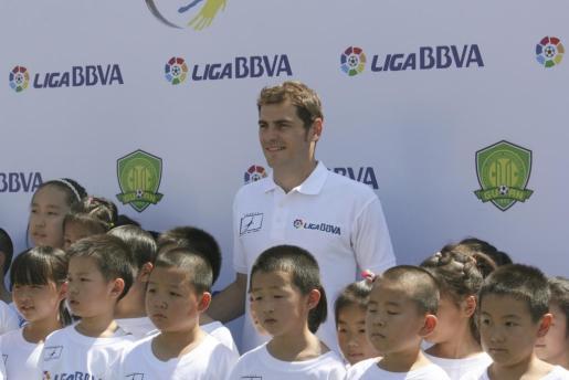 El capitán de la selección española y del Real Madrid, Iker Casillas, culminó su viaje a Pekín con una visita al campus que la Liga BBVA y su fundación tienen en la capital china y donde entrenan más de cien jóvenes porteros.