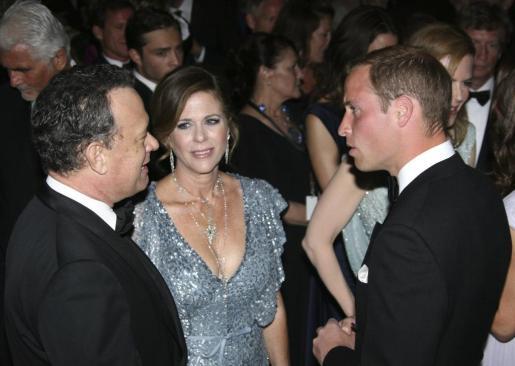 El duque de Cambridge, Guillermo, charla con los actores Rita Wilson y Tom Hanks durante la cena inaugural 'Brits to Watch 2011' de la Academia Británica para las Artes del Cine y la Televisión.