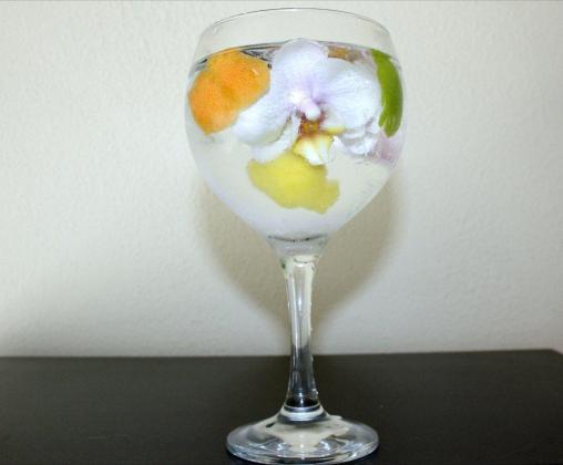 El Gin Tonic decorado con flores de orquídea.
