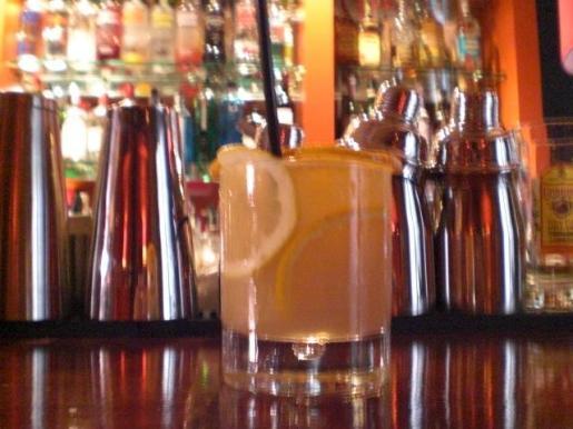 Este cóctel se sirve con una rodaja de limón y otra de naranja.