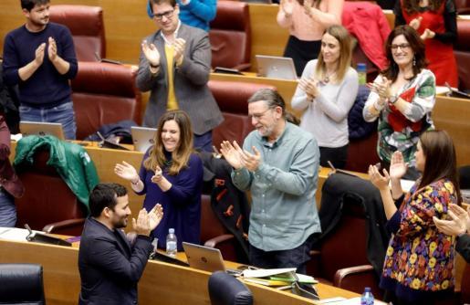 El conseller de Educación, Vicent Marzá (i), aplaude junto a sus compañeros tras la votación en el pleno de Les Corts Valencianes de la Ley sobre Plurilingüismo en el sistema educativo, que se aplicará a partir del próximo curso.
