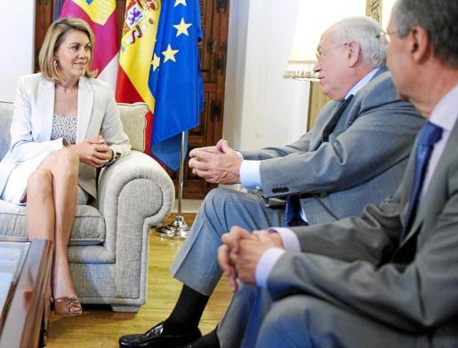 TO01. TOLEDO, 14/07/2011.- La presidenta de Castilla-La Mancha, María Dolores de Cospedal, ha recibido en el Palacio de Fuensalida, sede del Gobierno regional, al presidente de Globalcaja, Luis Díaz Zarco. EFE/Ismael Herrero ESPAÑA COSPEDAL AGENDA