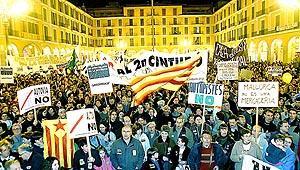 La Plaça Major de Palma no pudo absorber a los miles de manifestantes que se concentraron durante la lectura del manifiesto. Foto: TERESA AYUGA
