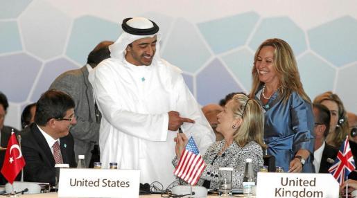Trinidad Jiménez (d), el jeque Hamad Bin Jassem Bin Jabr Al-Thani (i) y la secretaria de Estado de EEUU, Hillary Clinton.