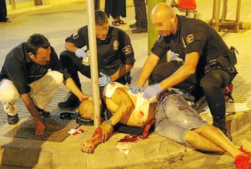 Momento en el que la Policía Local auxilia a la víctima recién apuñalada.