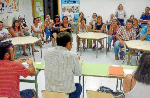 Reunión que mantuvieron los padres y madres en el colegio Costa i Llobera.
