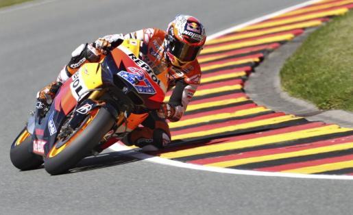 El piloto australiano Casey Stoner (Honda) durante la segunda sesión de entrenamiento en el circuito de Sachsenring en Hohenstein-Ernstthal.