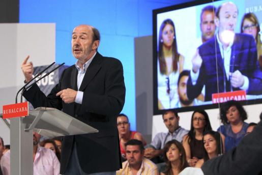 El candidato del PSOE a la Presidencia del Gobierno, Alfredo Pérez Rubalcaba, durante su intervención en un acto en Mérida, con el que inauguró en Extremadura su gira de contactos con las federaciones socialistas.