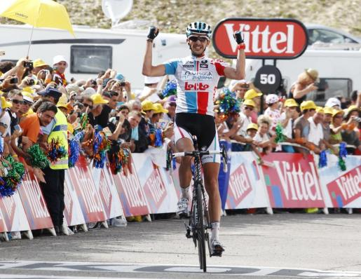 El ciclista belga Jelle Vanendert celebra su victoria en la decimocuarta etapa del Tour de Francia.