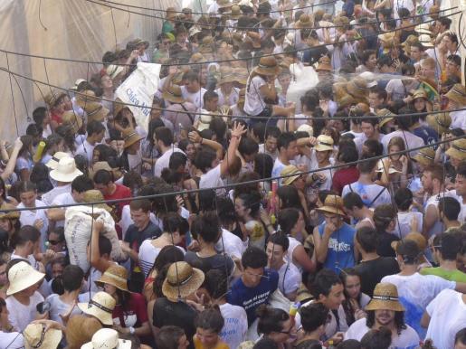 La fiesta y el agua sustituyeron al calor sofocante de ayer. Nadie quiso perderse el evento para tirarse las cáscaras.