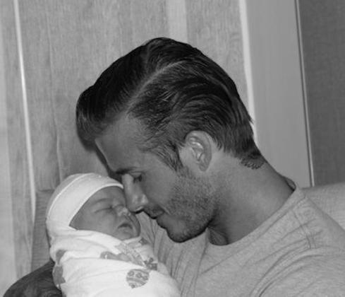 David Beckham con su hija en brazos.